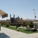 Imam Sqare in Isfahan. Im Hintergrund die Blaue Moschee, dahinter die Berge.