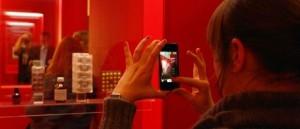 Vom Smartphone direkt ins Netz: Eine Teilnehmerin des Tweetup. Photo: Kulturkonsorten