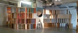 Der Ausstellungsraum der PLATFORM, derzeit bespielt von der What Remains Gallery und Calum Greaney.